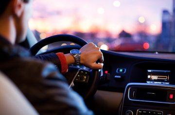Conducteur de voiture ayant la main sur le volant