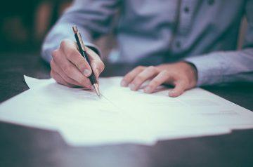 Homme signant des papiers