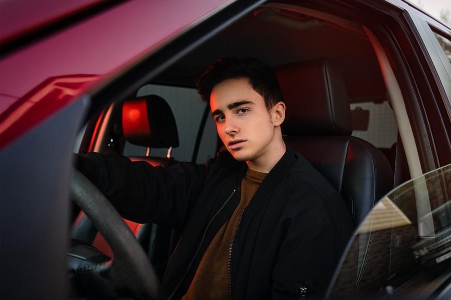 jeune conducteur dans sa voiture sportive